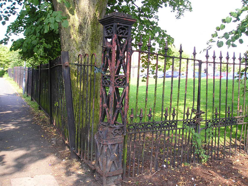 Bridge Lane gates, August 2004