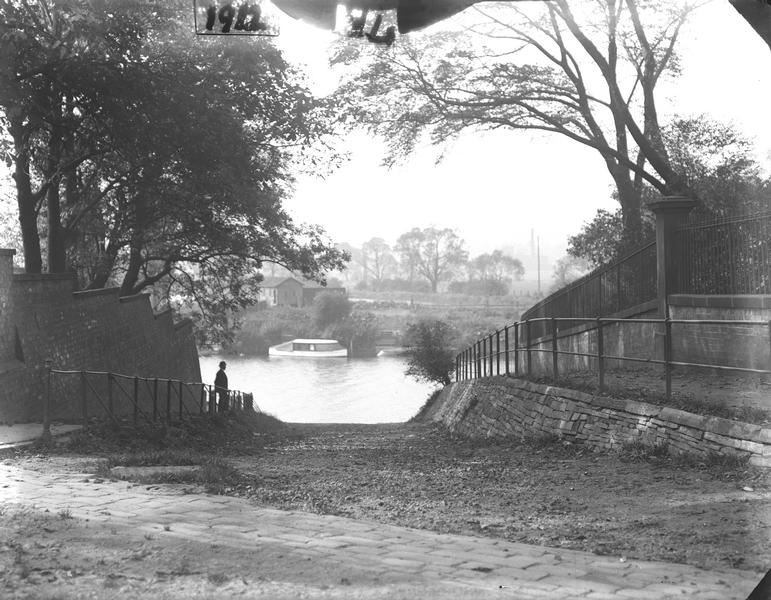 Black and white photo, river scene