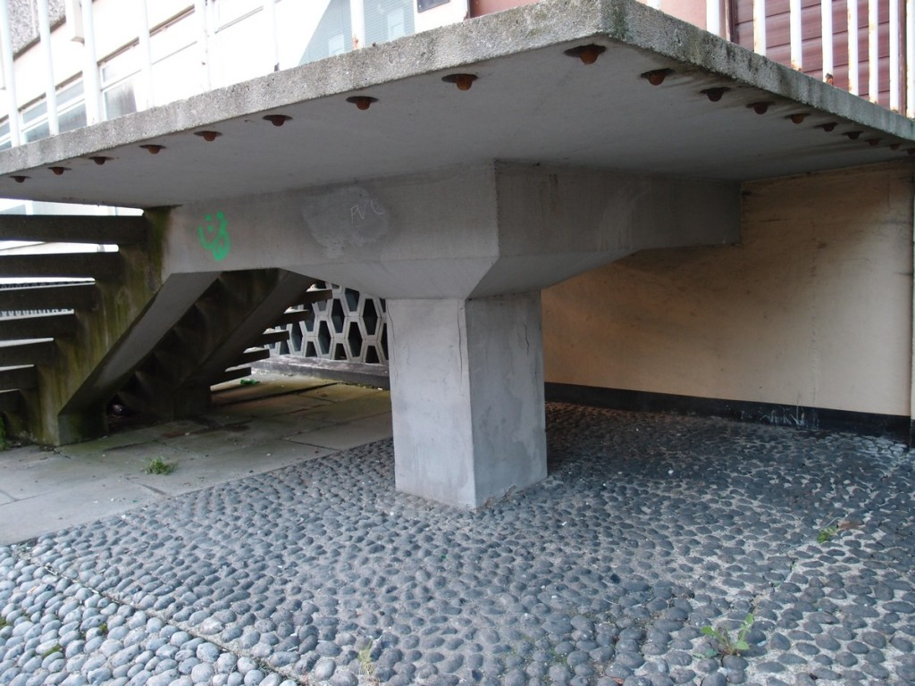 Concrete structure and cobbled surface