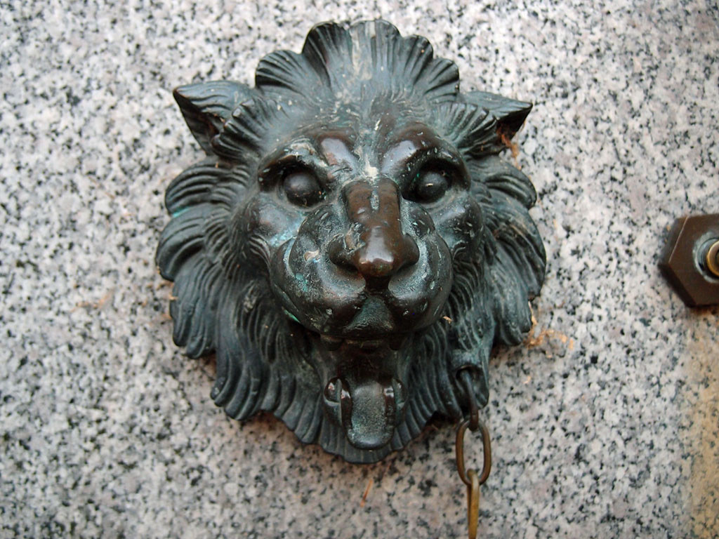 Lion's head, Museum Street's non-operational drinking fountain