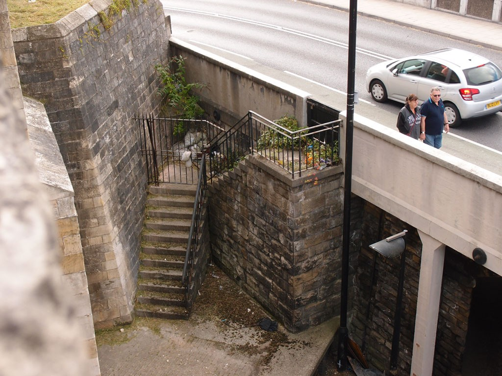 Steps, and litter, between Queen Street bridge and the city walls, 3 Oct 2018
