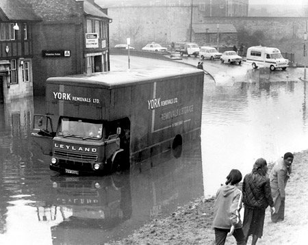 york-press-1982-floods-fishergate