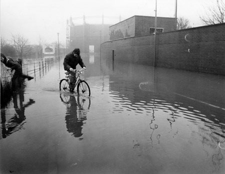 york-press-1982-floods-foss-bank